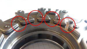 Il gioco fra alcune leve e l'anello di supporto è variabile mentre dovrebbe essere costante. paletta e paletta, alcune a fronte delle temperature frizioneranno inficiando la taratura del turbo. Il danno per il funzionamento del motore è certo. Il turbo dovrà essere nuovamente smontato.